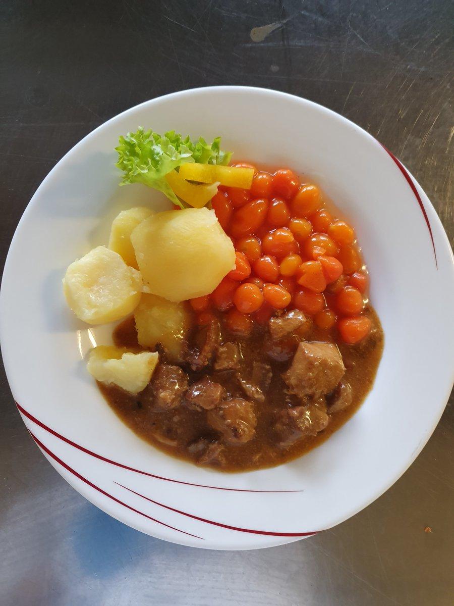 Mittagessen im Altenheim, heute mit Rahmgulasch, Möhren und Kartoffeln oder Chili von Cane pic.twitter.com/Yhs1TzEoT4