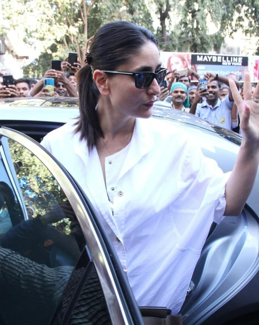 #KareenaKapoorKhan waves at the fans and media as she gets clicked in the city! #kareenakapoor #kareenakapoorkhan @KareenaOnline @KareenaK_FC @KareenaMania @KareenaUpdates