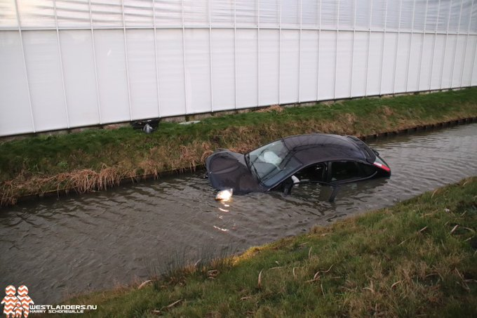 Auto te water aan de Van Luyklaan https://t.co/XRzUN9KJsh https://t.co/5UOXXXleuz