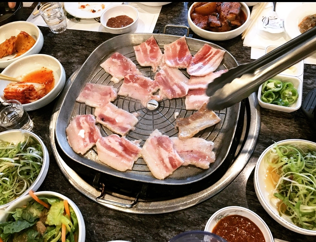 Pork belly is on the grill One of our most popular meat choice!   #SeoulGalbi #KoreanBBQ #AllMeats #HighQuality #SpecialDeal #Recommended #KoreanFood #Experience #PorkBelly #MostPopularpic.twitter.com/TTdQG4lBQQ
