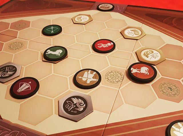 #warchest  Very tactical game. Bagbuilding. Awesome!! Un juego muy táctico, de bagbuilding y gestión de fichas. Muy bueno y con muchos combos y combinaciones.  #j2s #bgg#eurotrashjuegos #juegosdemesa #boardgame #labsk #jeuxdesociete #brettspiel #eurotra… https://ift.tt/2O8PEOdpic.twitter.com/RfB4FIxbFQ