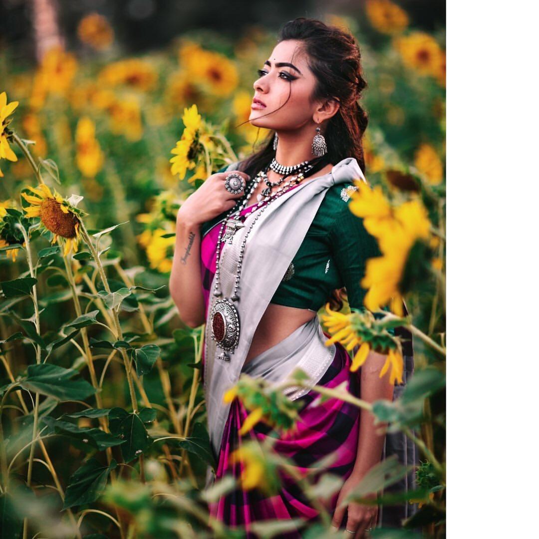 Looks like Rashmika ma'am is experimenting with new looks. Wonder where did ma'am find a sunflower field, not a common sight in Hyd and its surroundings @iamRashmika #RashmikaMandannapic.twitter.com/ZtIYtUHhwN