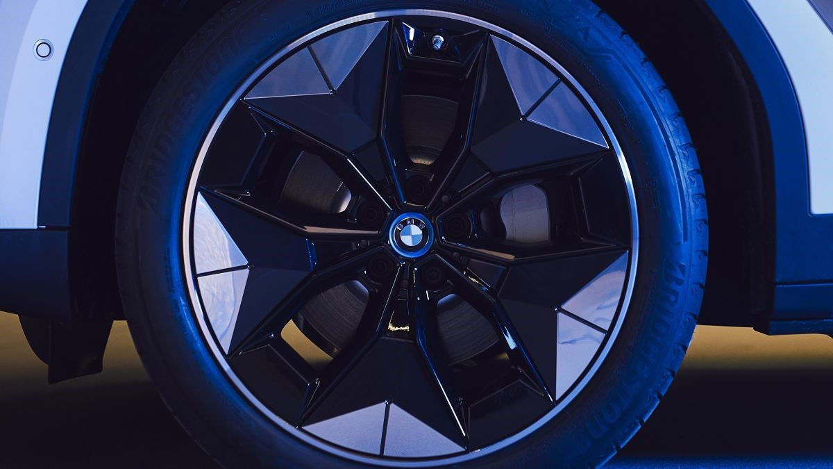 Thanks to the design of the new #BMW Aerodynamic Wheel the range of the all-electric iX3 can be increased by up to 10km. They are 15% lighter, have 5% less drag and this prototype looks just stunning!   #BMWi #electrifYou #electrification  Read more at: https://www.press.bmwgroup.com/global/article/detail/T0305189EN/novel-%E2%80%9Caerodynamic-wheels%E2%80%9D-for-the-purely-electric-bmw-ix3…
