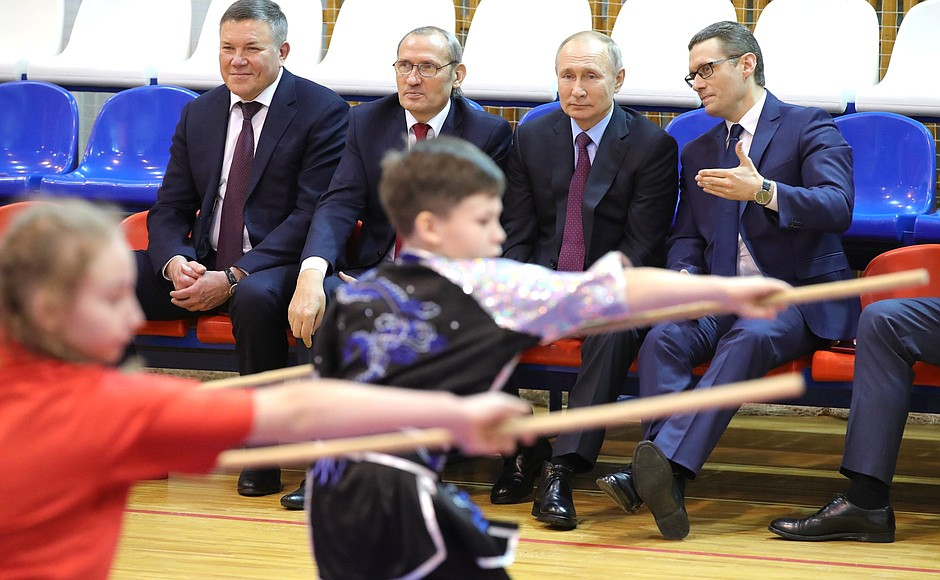 President #Putin visited the Martial Arts Centre in #Cherepovets, reviewed training facilities for kickboxing, karate, fencing & wushu, watched a demonstration given by the centre's students. More than 170 of its graduates won medals in European (23) & world (20) championships pic.twitter.com/AcQSGkvCT4