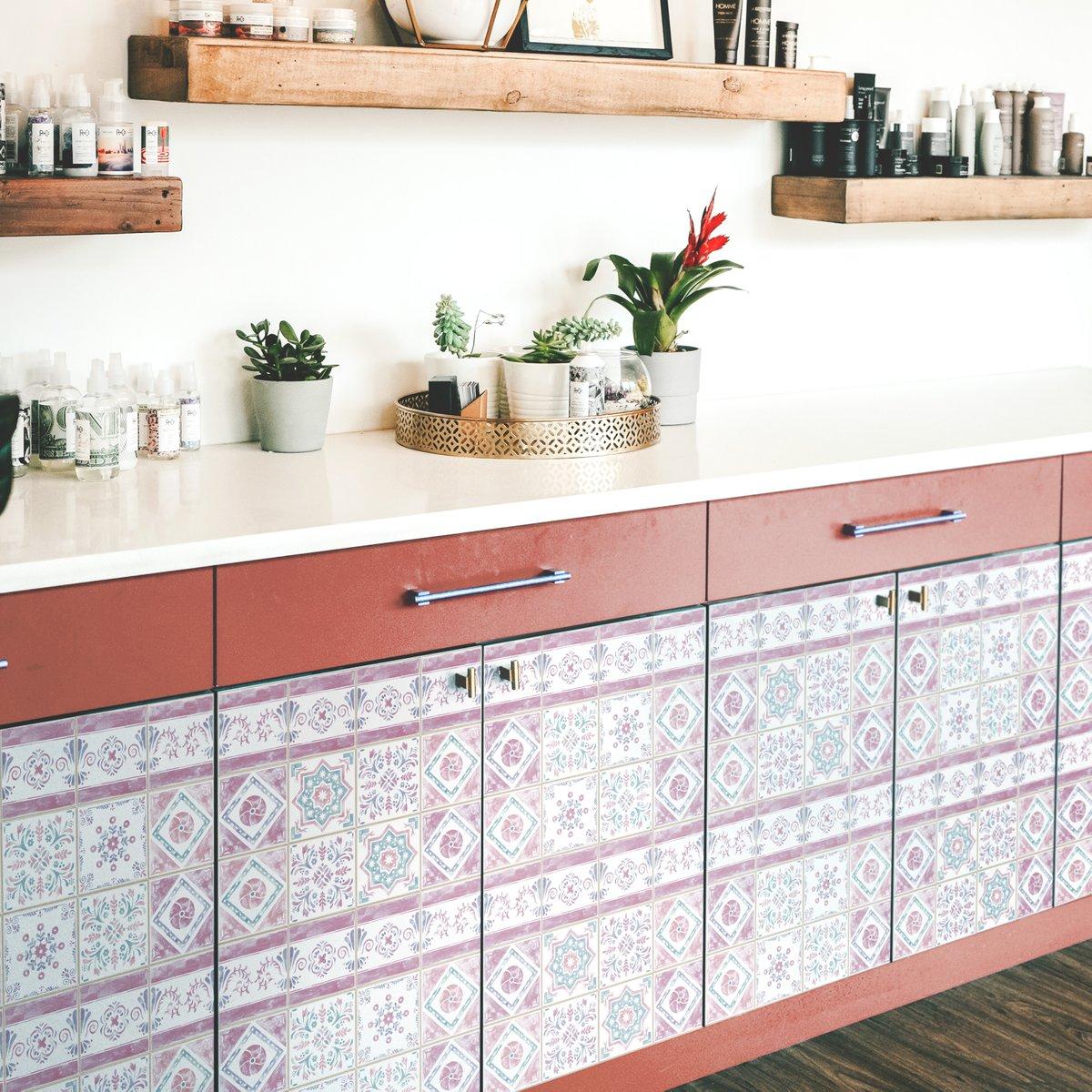 壁紙専門店 カベラボ Sur Twitter キッチンの棚にタイルステッカー 毎日 立つ場所だからこそ居心地のいい空間にしたい そんなお手伝いが出来れば幸いです 北欧インテリア 北欧ナチュラル 暮らしを楽しむ インテリア 壁紙 カベラボ Kabelab 壁 クロス