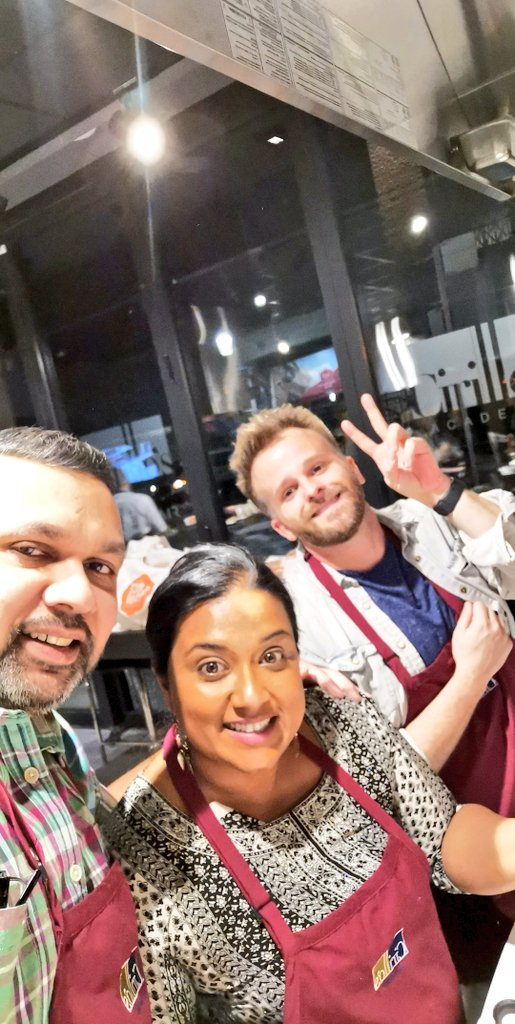 What a fun night with @TheSpiceTailor. Saw old friends, met Chef @Anjum_Anand, cooked up a storm with @YashYanthi & @dobbernation and finally met @reneeswilliams! https://t.co/jfpdIncNT2