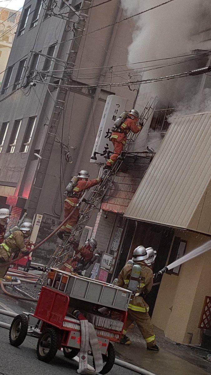 水戸市のつけ麺坊主で火災が起き消火活動している画像