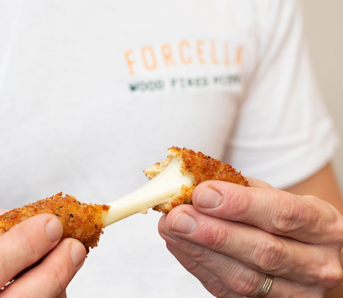 Mozzarella fingers with tomato and smoked chilli 🌶…a very popular add on for private events. 🔥🍕 . . . #pizza #pizzalondon #bromley#mobilepizza #pizzaparty #foodimages  #nopizzanoparty #weddingcatering #eventcatering  #kentwedding #sussexwedding #mozzarellafingers #partyfood