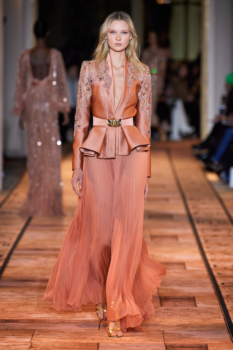 The collection also featured a two piece ensemble consisting of a long chiffon skirt, and a high-cut peplum jacket embellished with embroidery on the sleeves. #ZMrealm #FémininesSacrées https://t.co/67VGhrONlM