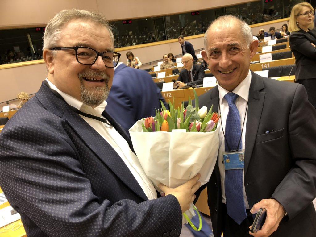 """Ohne sogenannte Saaldiener würden unsere Treffen schwer funktionieren. Pepino geht heute nach 37 Jahren in Rente, ein Vierteljahrhundert hat er mit den SozialdemokratInnen im Parlament gearbeitet. Jetzt möchte er """"viel reisen und spazieren"""". Danke für deine Arbeit & dein Lächeln! pic.twitter.com/BjKF3SYG6y – at Europees Parlement / Parlement Européen"""