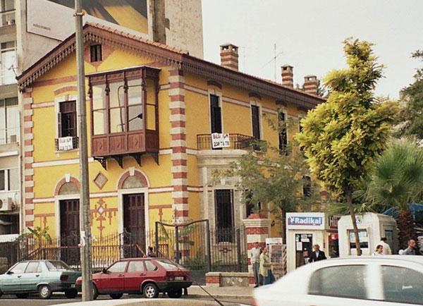Karşıyaka'da, Osmanbey parkının hemen yanındaki bu ev kuru üzüm tüccarı Levanten Amedee Lochner tarafından yaptırıldı. Löhner bu köşkü 1970'de Karşıyaka'nın köklü ailelerinden Epikmenler'e sattı. Epikmen ailesi, 1980 yılına kadar bu köşkte oturdu. Şimdi kreş. pic.twitter.com/3B9HJCzHGY