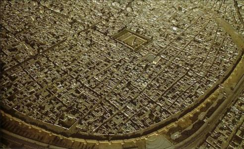 Image satellite de la ville de Raqqa en Syrie, avec la muraille en forme de fer àcheval construite en 772 par le 2e calife abbasside Abu Jafar al-Mansur, Syrie,c'est vraiment le dernier rescapé type de l'architecture urbain de la baghdad abbasside. pic.twitter.com/oteBl1V2Rd