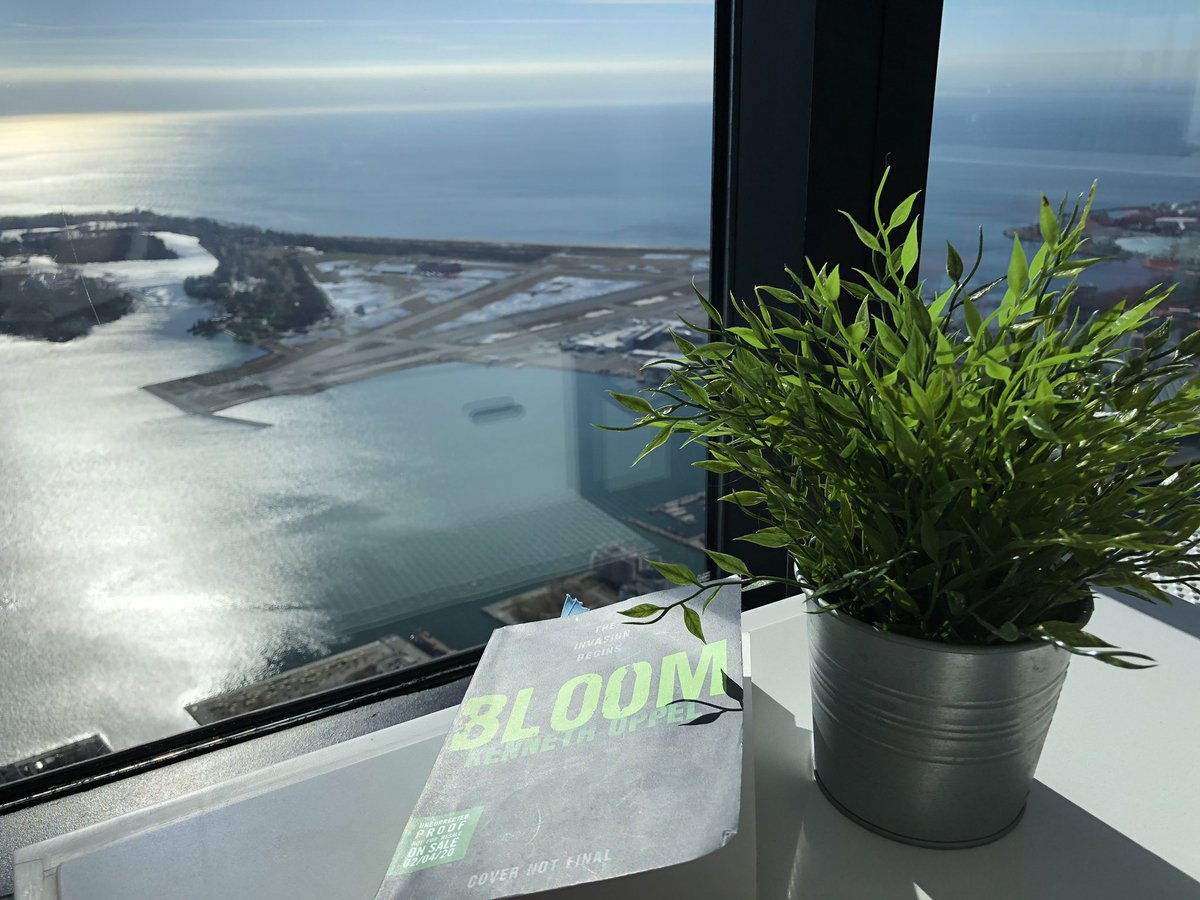 Lunch at the CN Tower while reading Bloom?! Yes, please!  #ARC #Bookportage @kennethoppel  #MyCNTower #olascpic.twitter.com/lqmuVV6ent