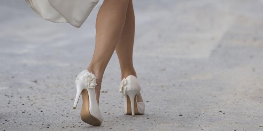 Would you say yes to these satin heels? #weddingaccessories #weddingheels #weddingstyle #bridalideas #weddingphotography pic.twitter.com/921lFzsj4t