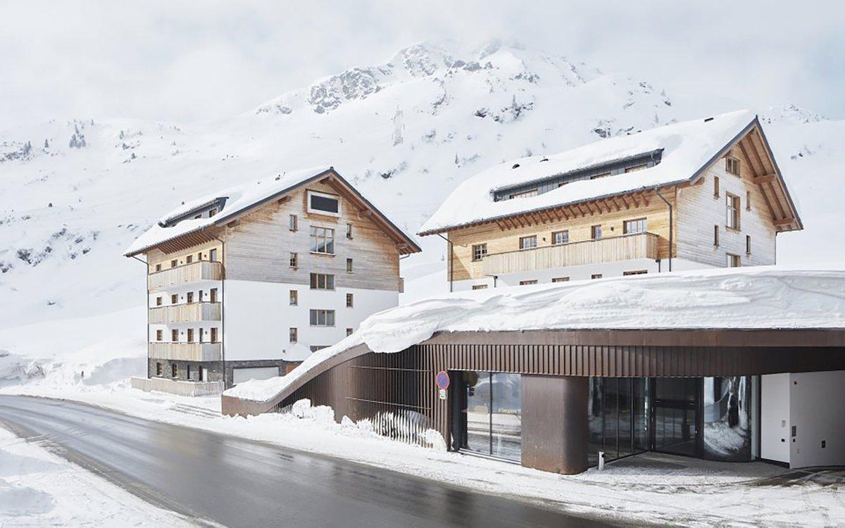 Frau Holle meint es gut mit uns und schneit schon den ganzen Tag gemütlich vor sich hin. Die Schneewände wachsen und wir versinken immer tiefer in unserem eigenen #Winterwunderland. Wahrhaftig mystisch.  #itssnowtime #visitaustria #winter #snow #arlberg #travelgram #lovetirolpic.twitter.com/jooliOhp5t