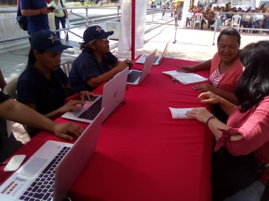 #GobiernoDeCalle || Funcionarios de la Sundde juntó a los entes adscripto al @MinComercioN , continúan en el plan de Gobierno de CallE en el estado #Zulia , asesorando a los actores económicos, desde la Plaza Bolívar del  Municipio Maracaibo.  #28Ene  #ProducirPorLaPatriapic.twitter.com/iUUga88SwX
