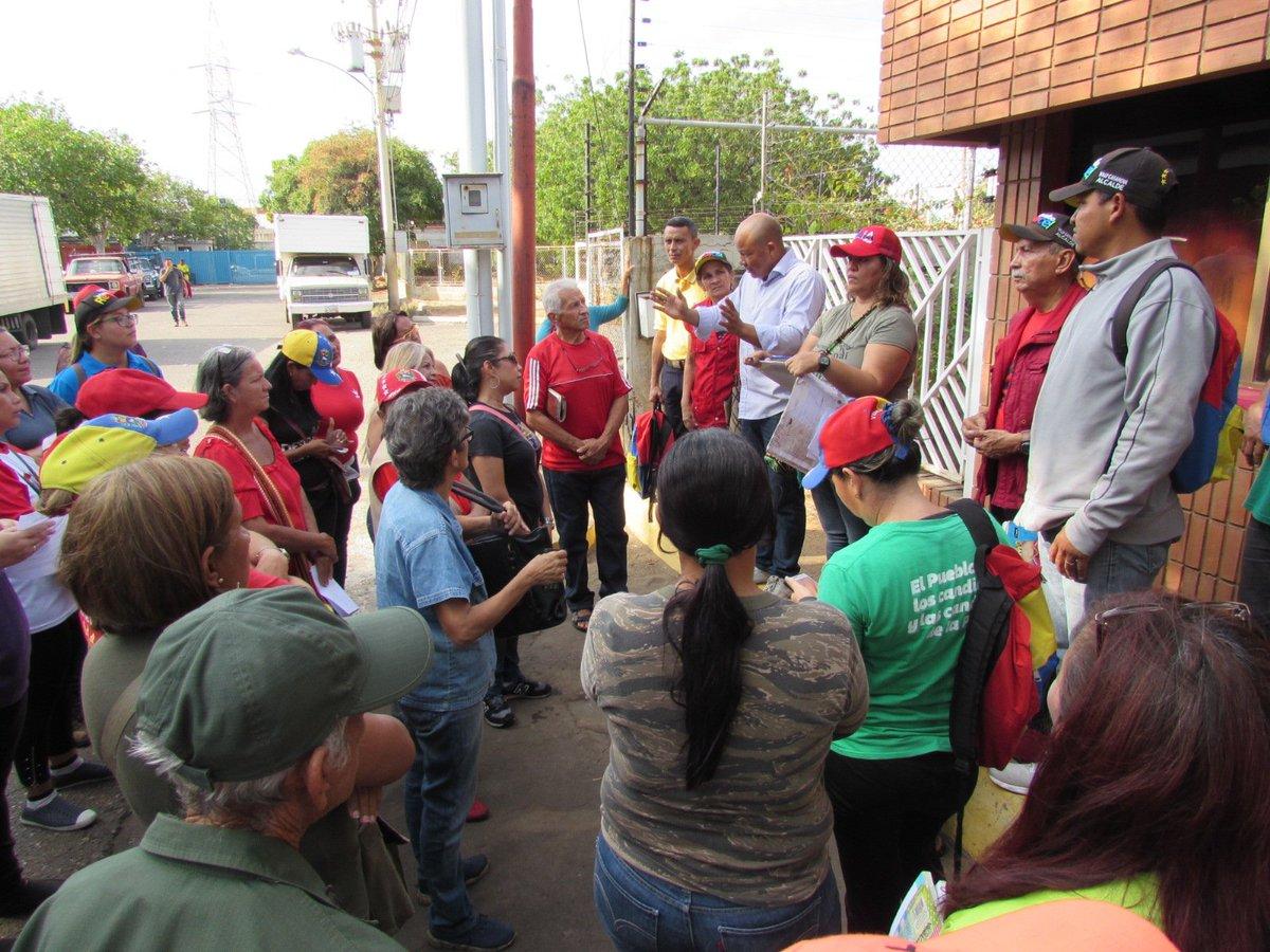 Previo a la entrega de alimentos del @ClapOficial dirigido a los habitantes de la Pq. Manuel Dagnino en #Maracaibo sostenemos reunión con líderes y lideresas de cada Comité escuchando cada inquietud y propuesta del Soberano #ProducirPorLaPatriapic.twitter.com/OHTYk8fifo