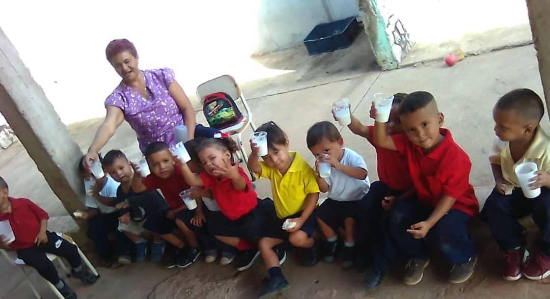 #Enterate #LasCocinerasYCocinerasDeLaPatria procesan alimentos con las #4S #1Sano #2Sabroso #3Seguro y #4Soberano con amor y alegría dándoles lo mejor de la cocina al futuro de Venezuela!!! @MPPEDUCACION @psuvaristobulo @OmarPrietoGob @DamelisChavezpic.twitter.com/zlcbvPAlF5