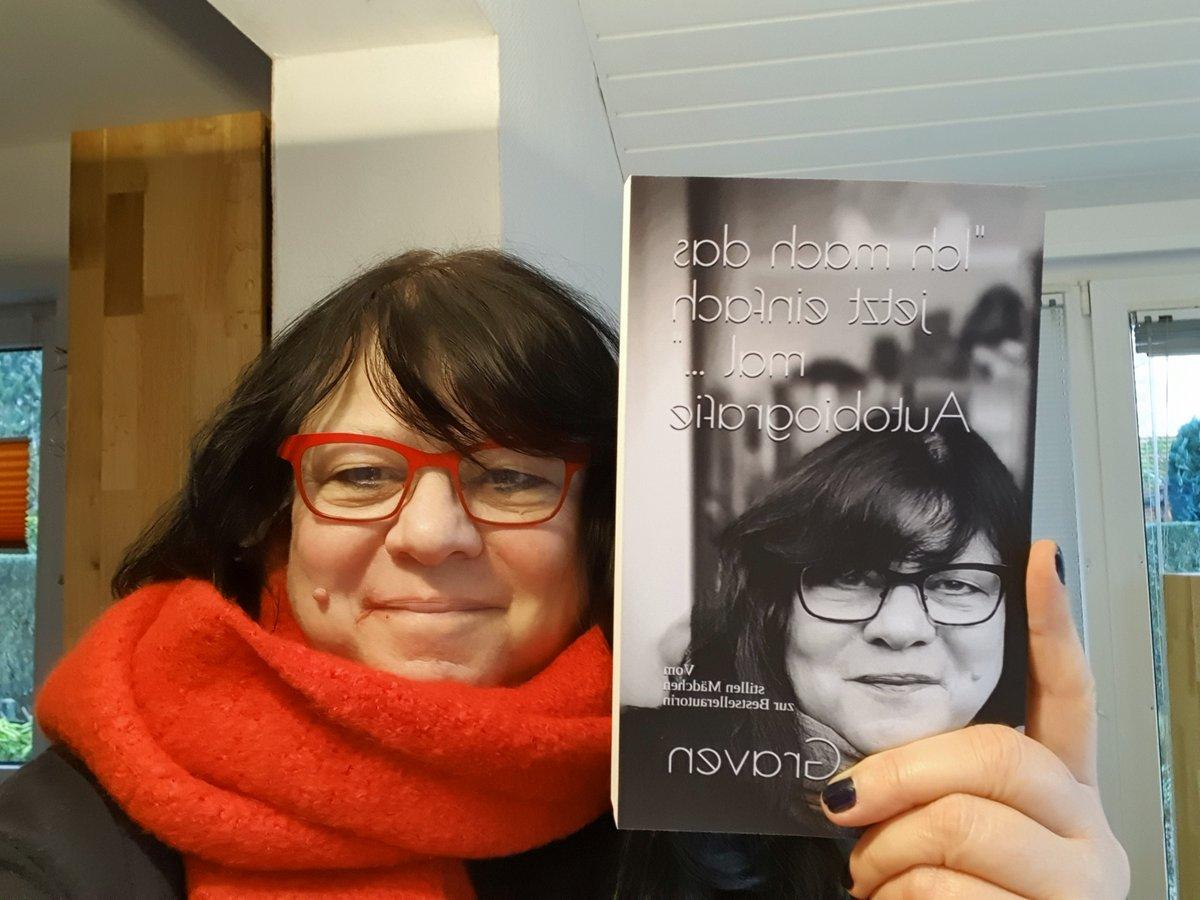 """Sie ist da Meine Autobiografie """"Ich mach das jetzt einfach mal - Vom stillen Mädchen zur Bestsellerautorin"""". Mehr dazu über meine Homepage http://www.moa-graven.de #Autobiografie #moagraven #daskrimihaus #meinlebenpic.twitter.com/jVn4vkCfe5"""