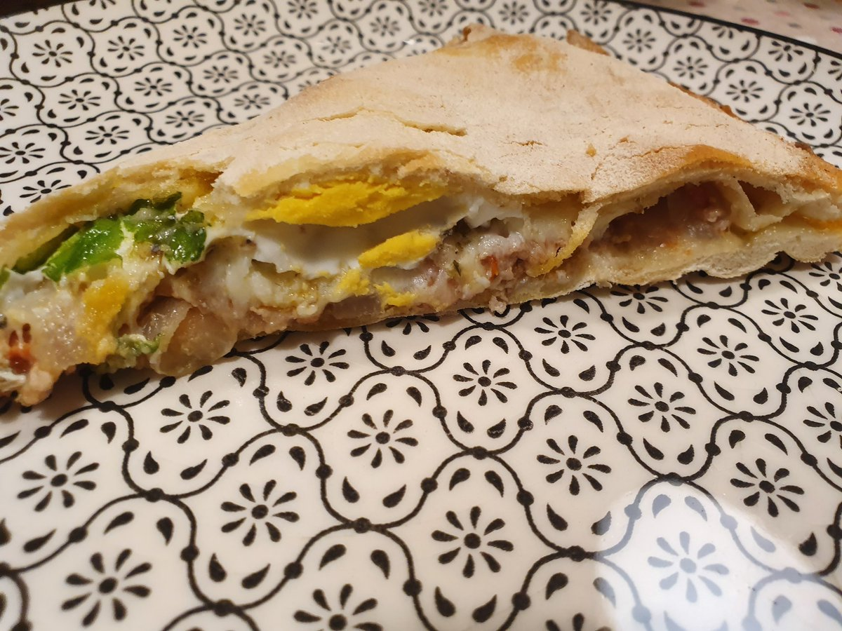 #miercolesdevino y #pizza #calzone del señor @xoanameixeiras en el programa de @tvgalicia #estachebo 😋😋 #comoencasaenningunsitio #comomevoyaponer #asidagusto #encasacocinoyo #cooking #foodies #homemade