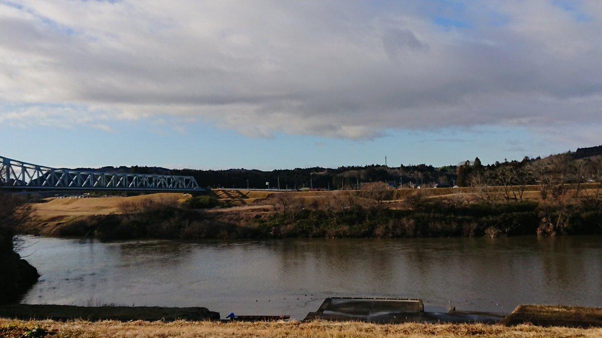 今日の北上川。一関市川崎町は晴れ間がのぞいていたけど、いまは曇り空。 昨日の雨の影響で北上川は、水が増えました。今日は、カモが元気に泳いでいます~😆#北上川 #日常 #川 #岩手県 #一関市川崎町 #当たり前の風景