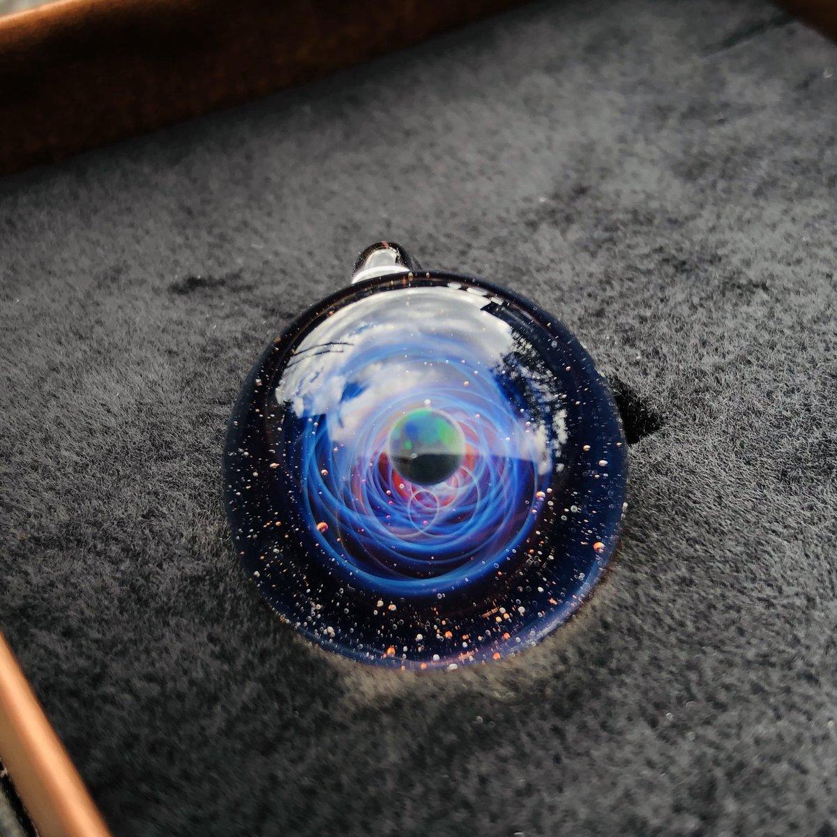 上から見ると青の螺旋 後ろから見ると青に加えて赤の渦が見えます 飽きずにずっと見てれる… #宇宙ガラス #PlusAlpha #spaceglass pic.twitter.com/JokEeJWtSc