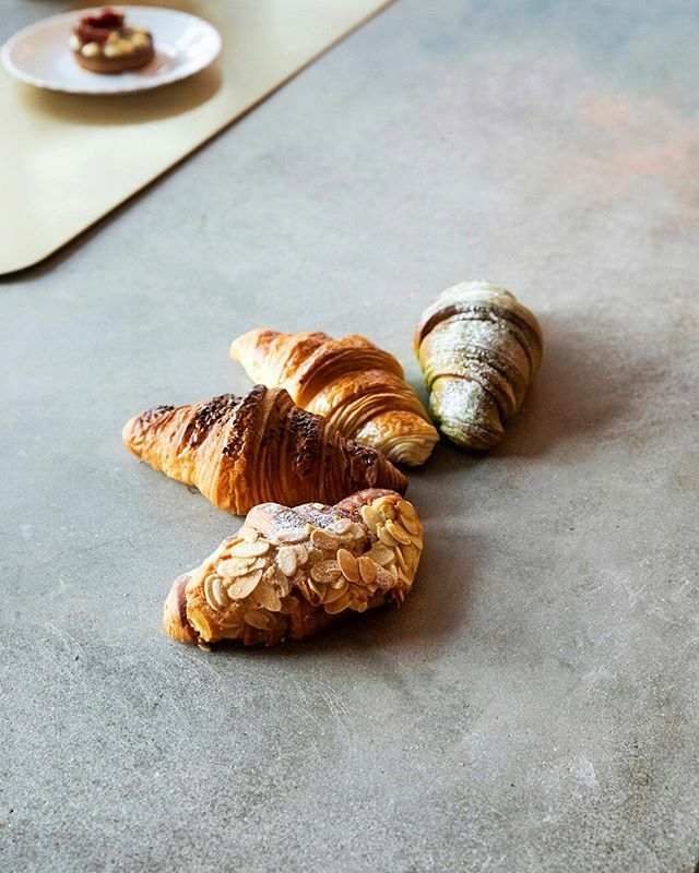 It's International Croissant Day!  Tag a friend who loves those flaky puffs of joy.  #hkfoodie #hongkongeats #hkeats #foodiehk #hkigfood #croissant #internationalcroissantday #nationalcroissantday #viennoiserie #croissants https://ift.tt/2U3lNKW pic.twitter.com/hCne7vSv8w
