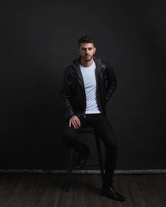 It's amazing what one light and a handsome guy can accomplish. #thatsmyjacket  #shotbyjoe #joesmoments #nyactor #malemodelling https://ift.tt/2uKtU4xpic.twitter.com/WPw8WS32fH