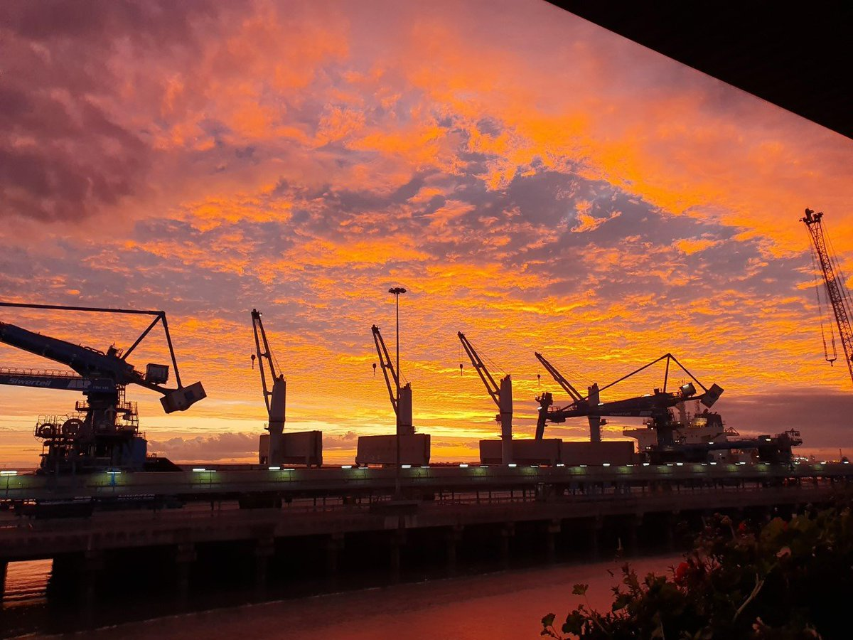 Lincolnshire sunsets are just the best!     Comment if you know which port this is...  credit: Simon Major. . . . #lincolnshirepride #lincs #pridemagazine #lincolnshirescene #port #dock #sunsetsky #wintersunset<br>http://pic.twitter.com/FG2MZa26rU