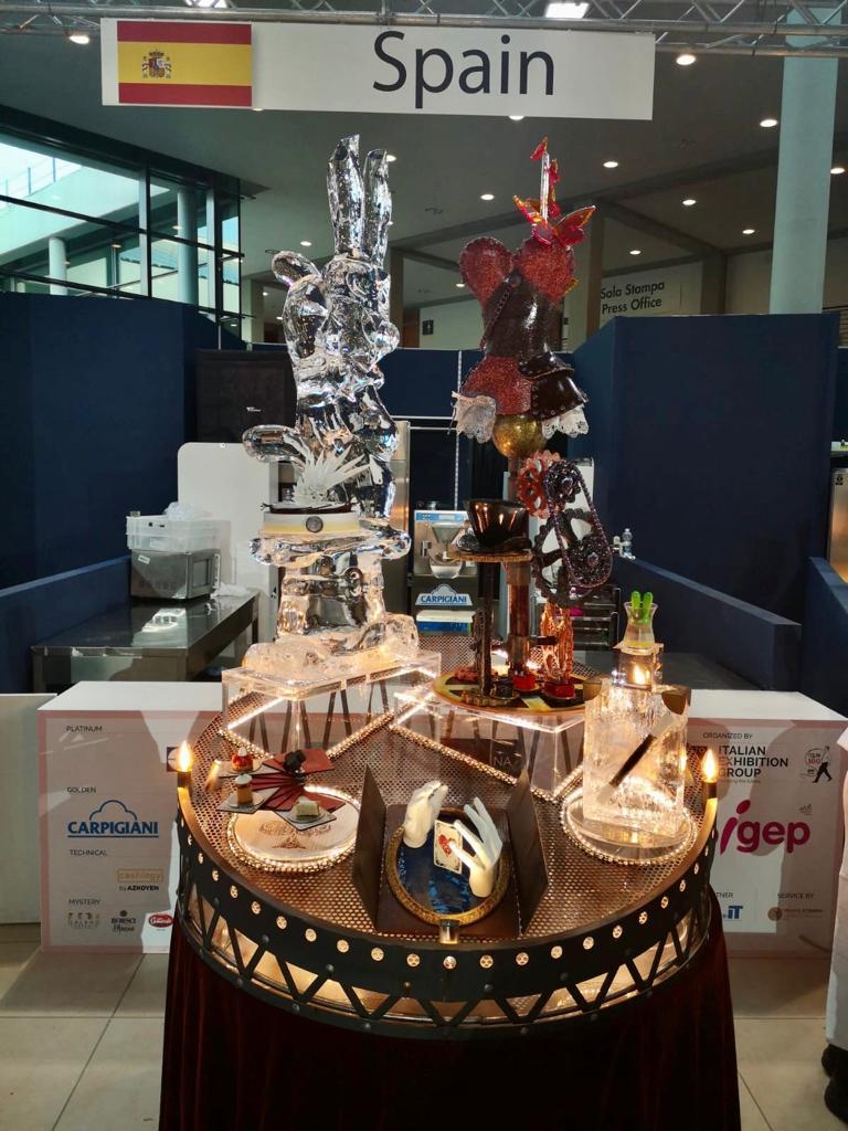 """🧙♂️🍨 Así quedó el buffet final """"Abracadabra"""" en la #CMG2020. El equipo español @objetivo_rimini_2020 elaboró una propuesta de creaciones heladas basada en la magia bajo el lema """"Creemos en la ilusión, creamos ilusión"""". 🔮💫   🔝 ¿No os parece espectacular? https://t.co/0BrWfUswE1"""