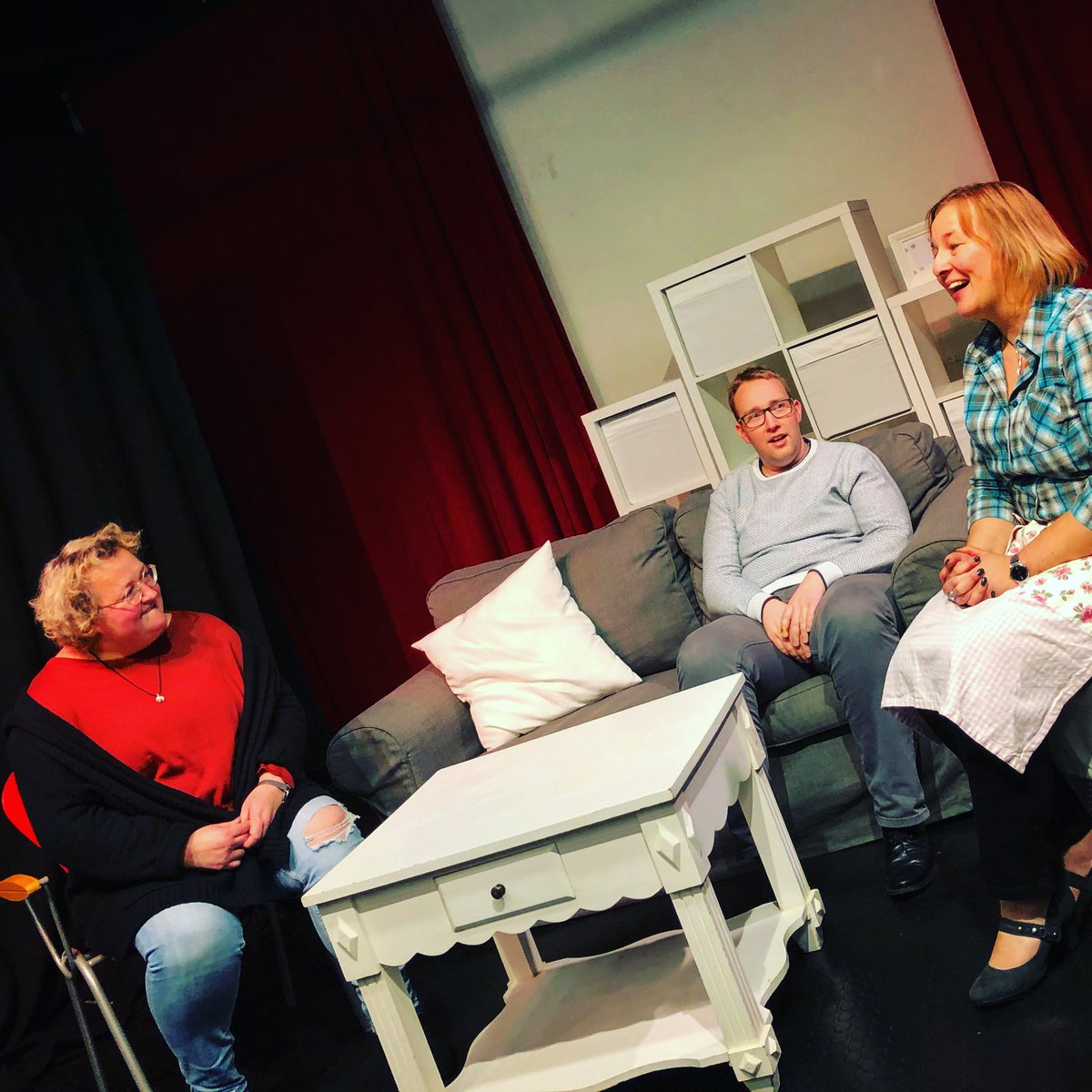 Ihr findet das Bild ist schief? Dann solltet ihr euch dringend unsere neue Komödie anschauen. Heute eine der letzten Proben. Am 14. Februar ist Premiere. Infos: http://www.theater-mimus.de | #theatermimus #theater #komödie #37ansichtskarten #premiere #10jahre #hamburg #ahrensburgpic.twitter.com/0zZlrkGEsk