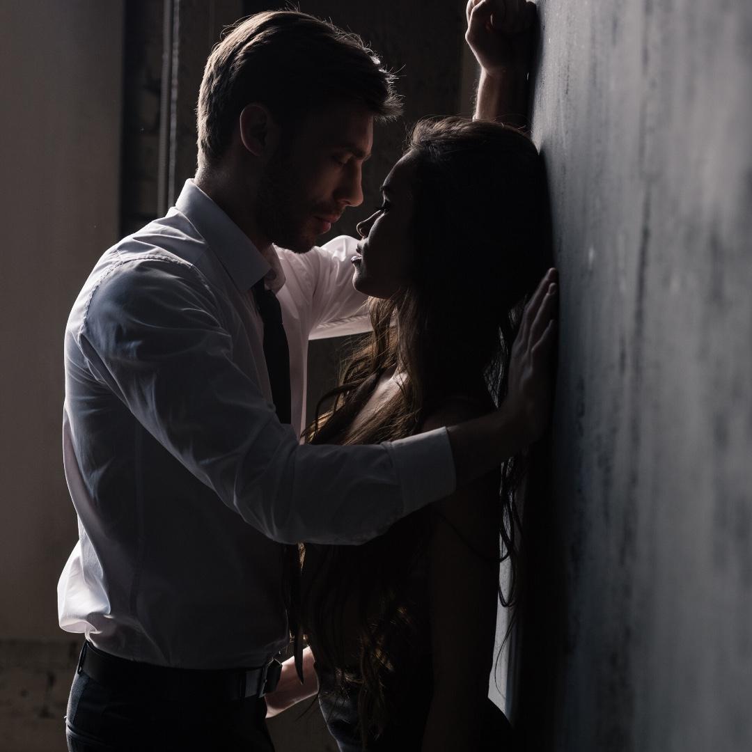 Картинка как парень прижимает девушку к стенке