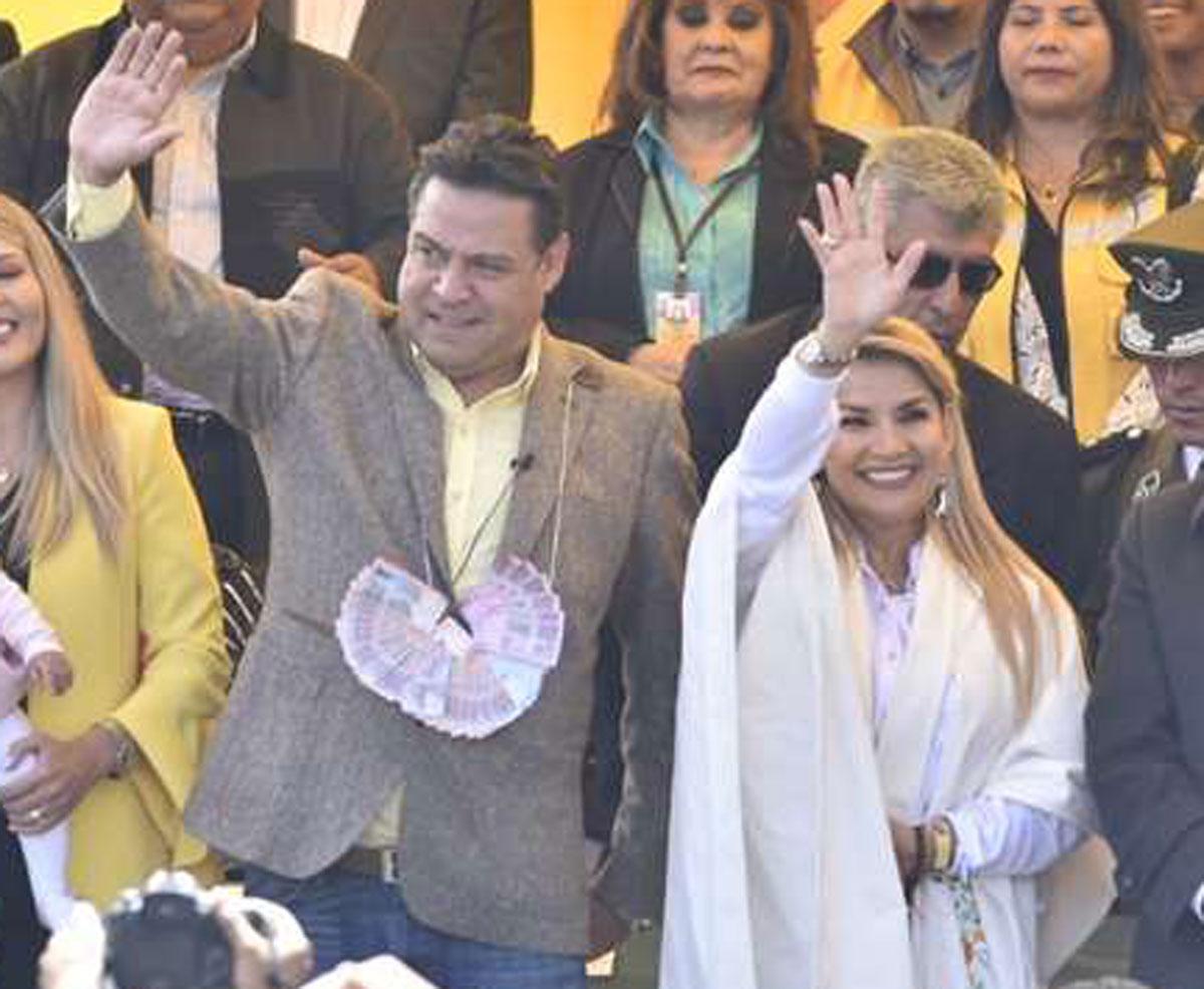 """Luis Revilla sobre la elección de candidatos para las #EleccionesBolivia2020: """"Lo que buscamos es que sea un binomio que garantice la paz (…) qué mejor que las mujeres puedan darnos darnos el ejemplo"""" #LuisRevillaVicepresidente  #SoberaniayLibertad https://t.co/wHVYRvRMDk"""