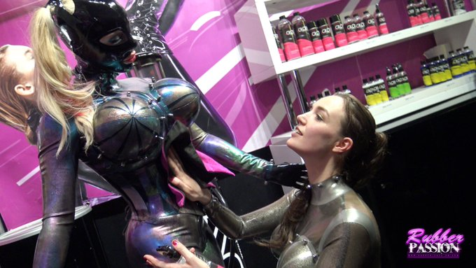 1 pic. A shining session with the very beautiful @DutchDame1 at the @beGLOSS stall @BoundCon_Munich Outfits