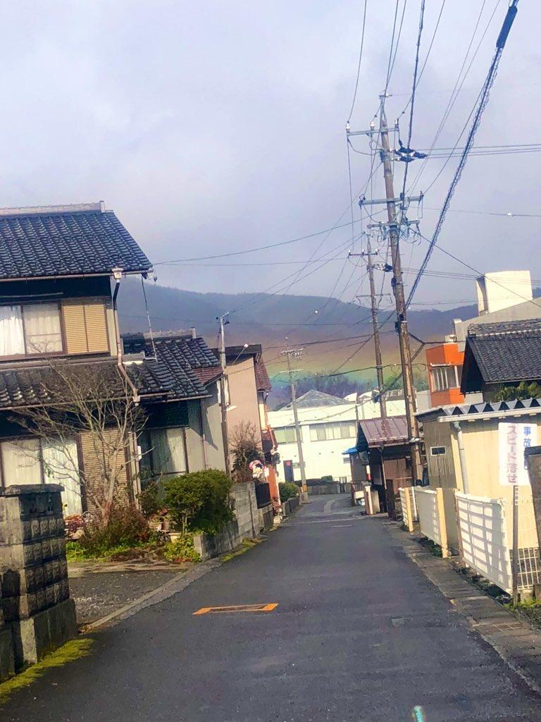 住み始めた当初から関ケ原は虹が低いなぁと思っていましたが今日は過去最高に低かったので感動(?)を皆様にお届け…
