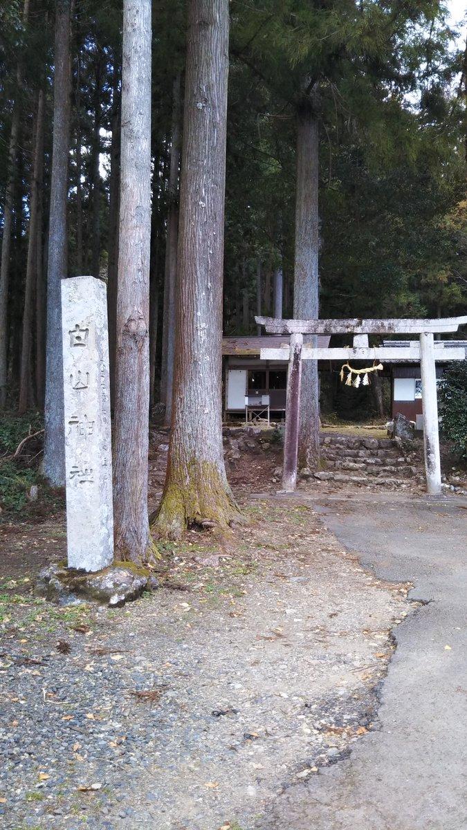 山県市にある伝光秀生誕地。「光秀は山崎の戦いでは死んでない」説のお墓や、産湯の井戸もあります。土日は土産物屋が出てる雰囲気。