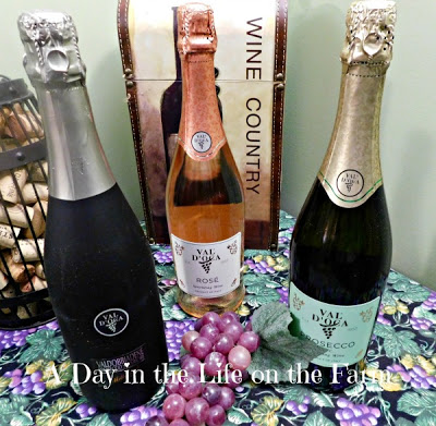 I received a wonderful sponsor package from @Vignetocomm containing 3 bottles of Prosecco from #Valdobbiadene.  I purchased a bottle of #Nebbiolo from Piedmont through . #ItalianFWT