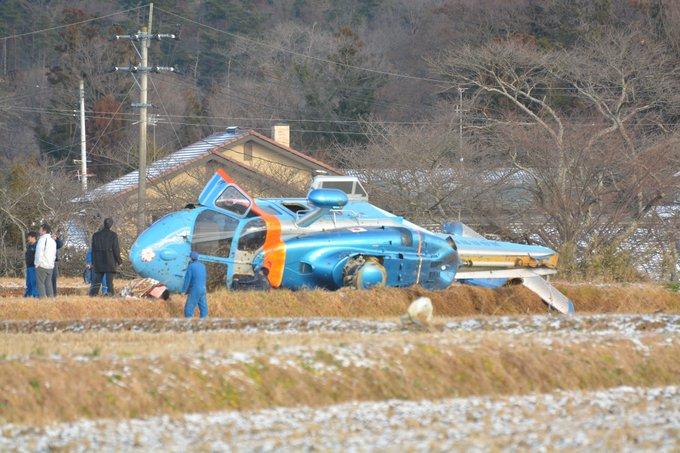 福島県警航空隊所属のヘリが墜落し横転している画像