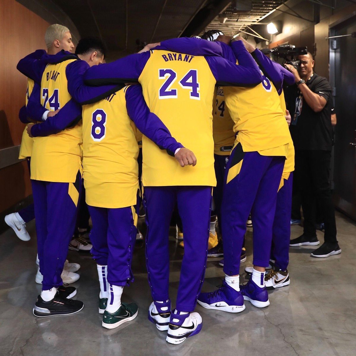 Lebron James and the Lakers pay respect and tributes to the legendary Kobe Bryant! #lakersgame #kobetributepic.twitter.com/DOxsEDK5a7