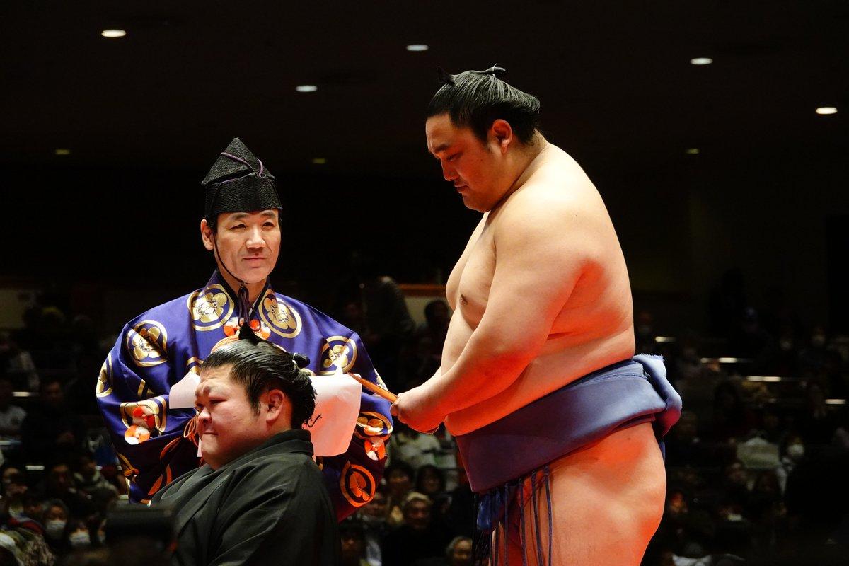 """日本相撲協会公式 on Twitter: """"<豪風引退相撲> 断髪式。盟友の隠岐 ..."""