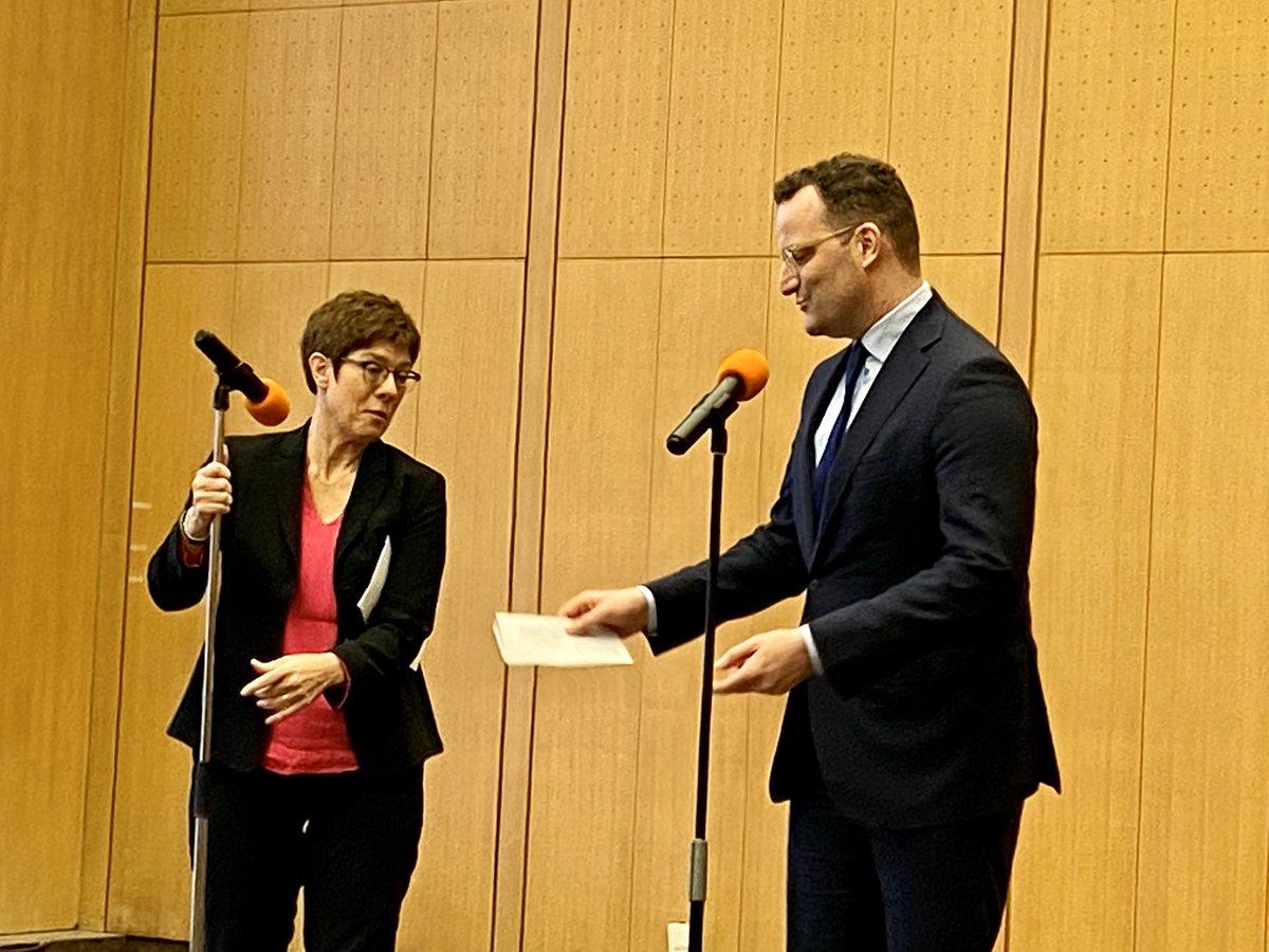 """Statement #AKK und #spahn in Bonn zu #coronarvirus und Rückholaktion der @Team_Luftwaffe: """"Es kommen gesunde, symptomfreie Menschen zu uns zurück"""" @gabonn https://t.co/gP8i4a6a8B"""