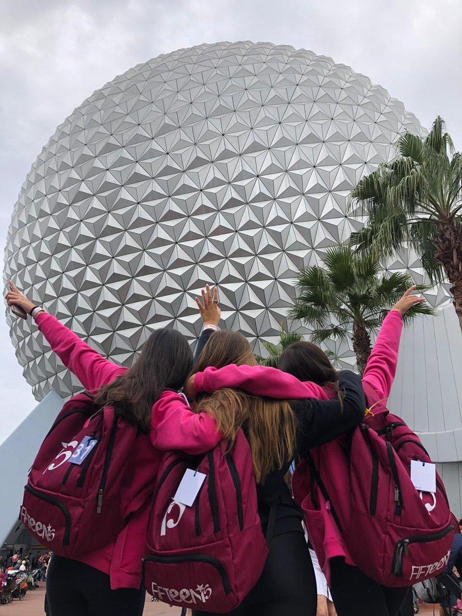 Dimos la vuelta al mundo en #Epcot ¡con amigxs!   ¿Con quién te gustaría volar en ala delta por las maravillas del mundo? ¡Contanos!  #SomosFifteens #ElViajeDeTuVida #FifteensFebrero2020pic.twitter.com/nhFPpwHzhp