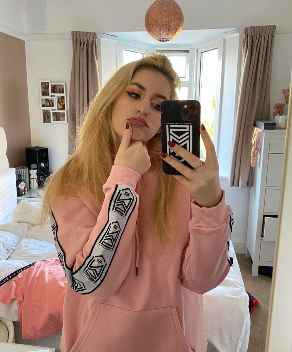 Reply to this tweet with some PINK 🌸 or BLACK ♣️ emojis 👀 Shop the Crest Taped Baby Pink Hoodie (£36) & Crest Logo Matte Black iPhone Case (£10) at sidemenclothing.com