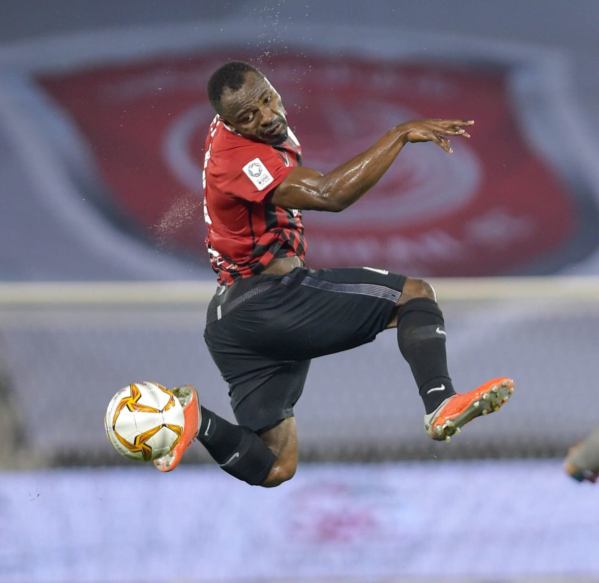 Al Raheeb extends the competition at the top of the #QNBStarsLeague after winning today's match against Duhail 1-0. A goal scored by Yohan Boli. Al Rayyan has now a total of 31 points reducing the difference with Duhail to 2 points only. <br>http://pic.twitter.com/h7RyDK5T93