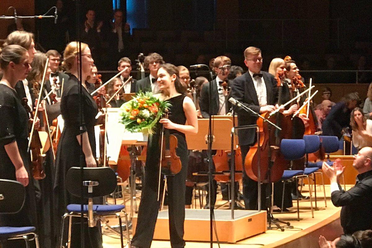 Geschafft! Clara-Saeko #Burkhardt an der Violine, Studierende an der #HHU, überzeugte mit einem furiosen Geigenspiel für das 1. Violinkonzert von Schostakowitsch - heute Abend beim Tonhallenkonzert vom HHU Uniorchester  #hhu #hhuuniorchester #tonhalledüsseldorf #schostakowitschpic.twitter.com/668qbzSEKo