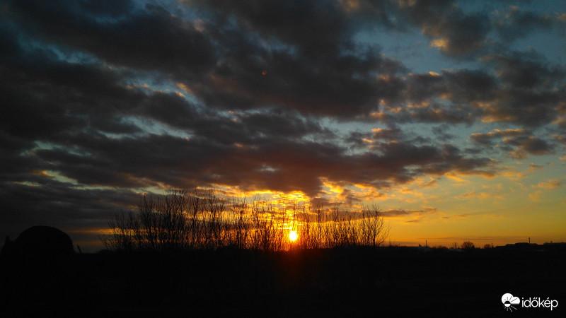 Ma még kitart a tavaszias meleg, délután viszont érkeznek az esőfelhők.☂️ Részletek 👉  Fotó: Csneeva (Jászjákóhalma)