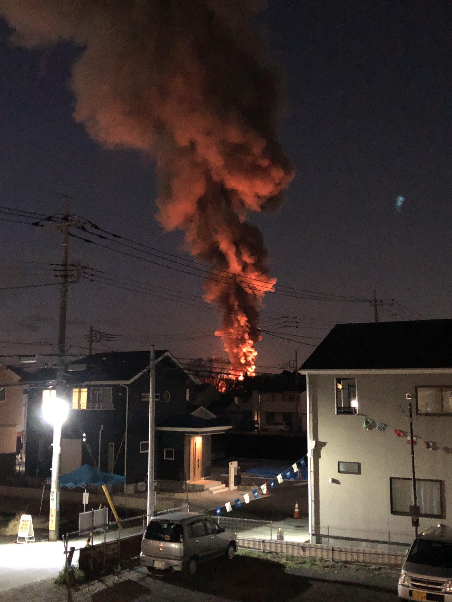 所沢市岩岡町の建物火災で火柱を上げ炎上している画像