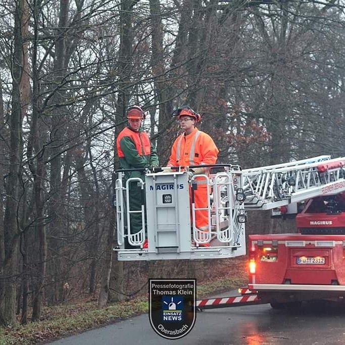 """Heute (02.02.2020) Morgen wurde die Feuerwehr aus Oberasbach mit der Meldung: Baum droht auf Fahrbahn zu stürzen alarmiert. Vor Ort stelle sich heraus, dass ein Baum durch den nächtlichen """"Sturm"""" umgekippt war und nur doch durch einen anderen Baum daran gehindert wurde auf... pic.twitter.com/p6ffGZnnEt"""