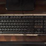 重厚感とクラシックな雰囲気がたまらない!タイプライター風のキーボードがめちゃくちゃお洒落!