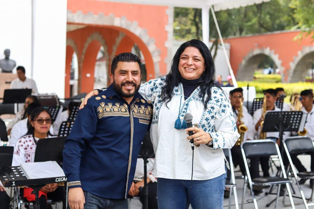 Músicos indígenas reciben instrumentos comprados con subasta realizada en Los Pinos